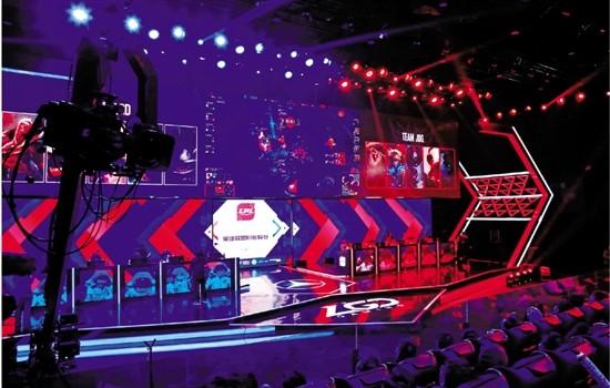 杭州迎来首个电竞主场比赛 观众座无虚席声势浩大